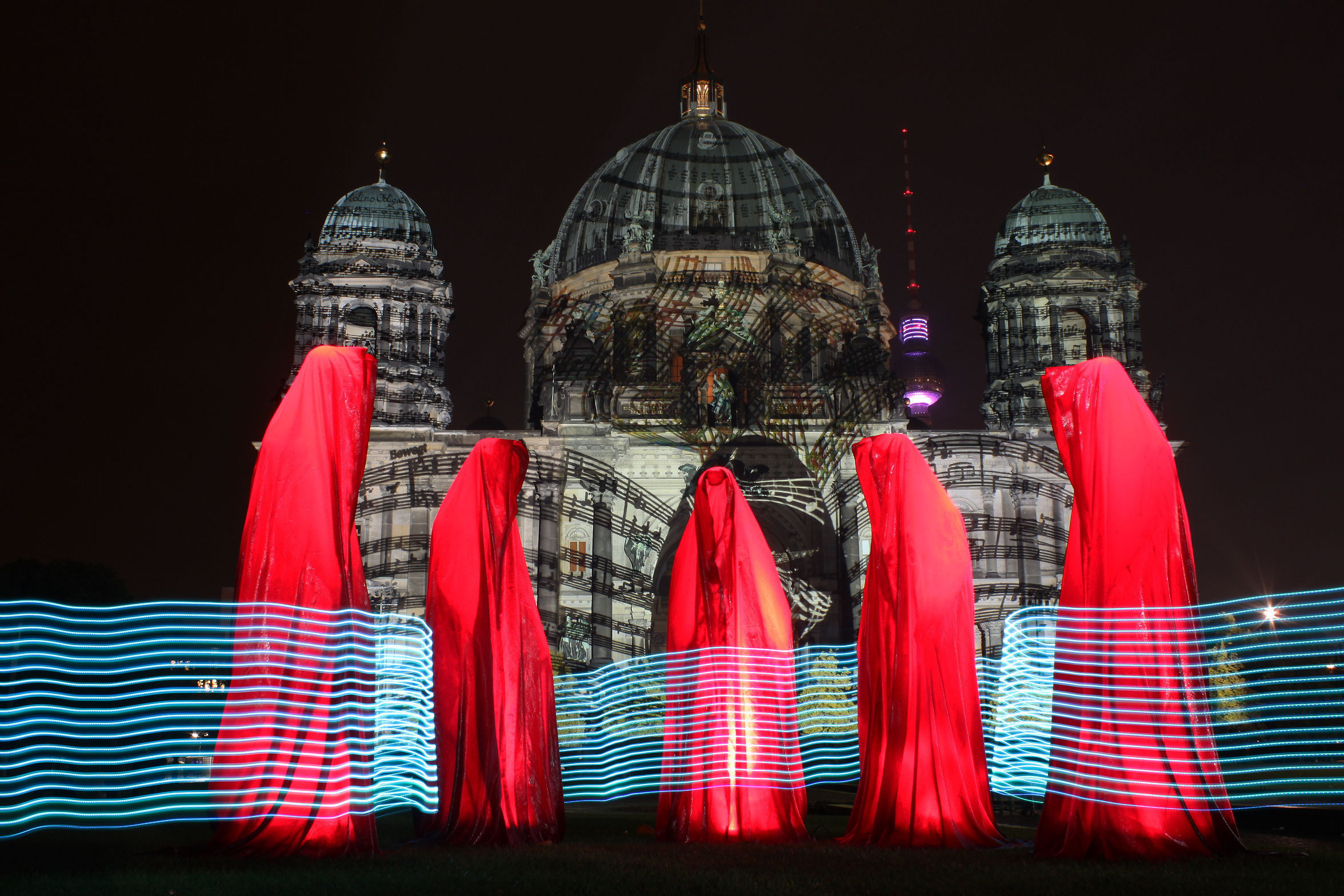 festival-of-lights-berlin-guardians-of-time-manfred-kielnhofer-light-art-sculpture-berliner-dom-lustgarten-waechter-6854