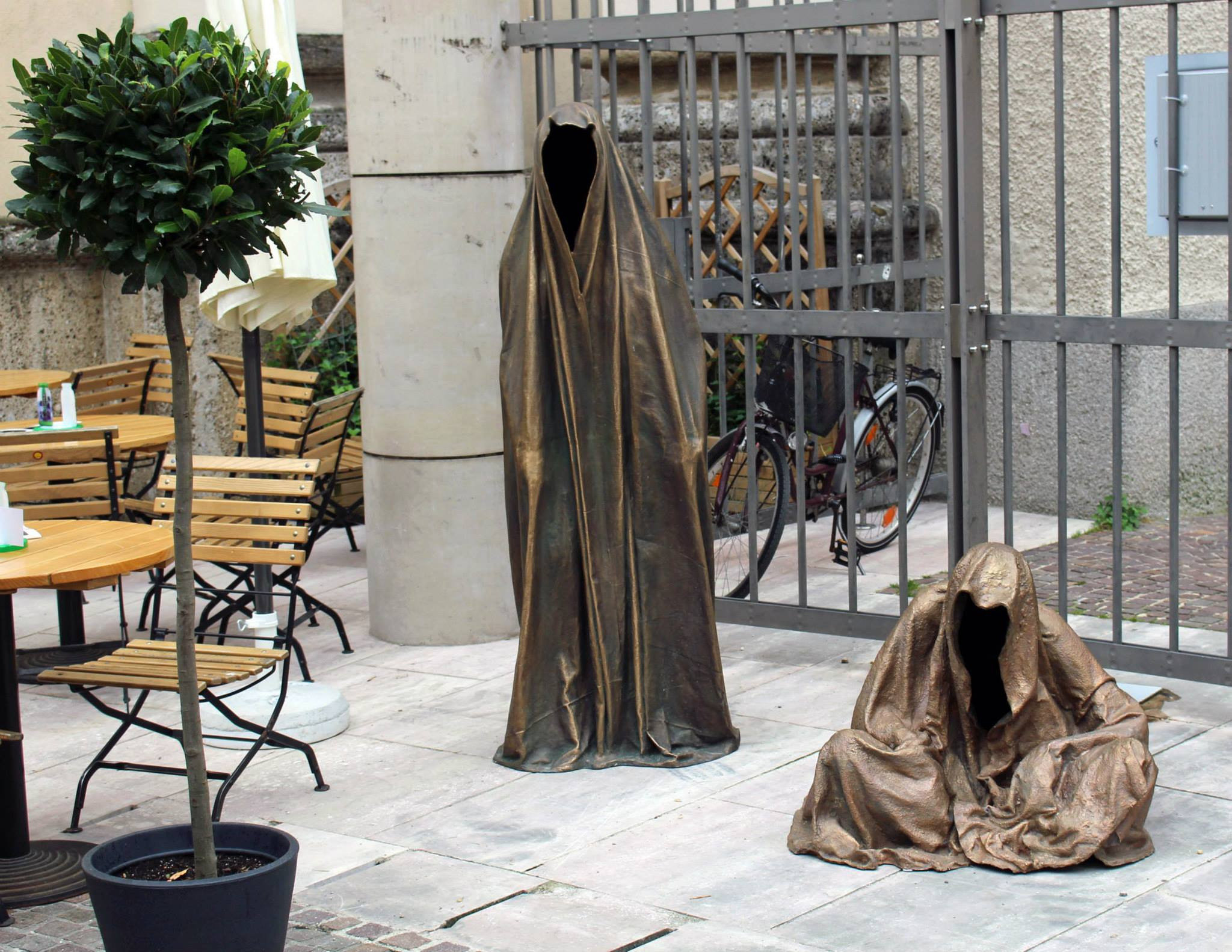 foto peter markl art salzburg international fine art fair art dealer kunsthandel freller guardians of time bronze arts statue sculpture guarden manfred kielnhofer