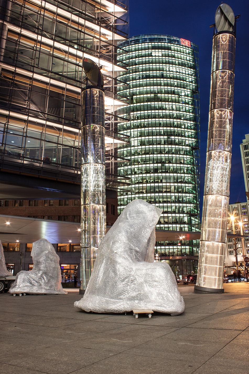 festival-of-lights-berlin-light-art-festival-contemporary-fine-art-design-show-guardiansof-time-manfred-kili-kielnhofer-sculpture-2869