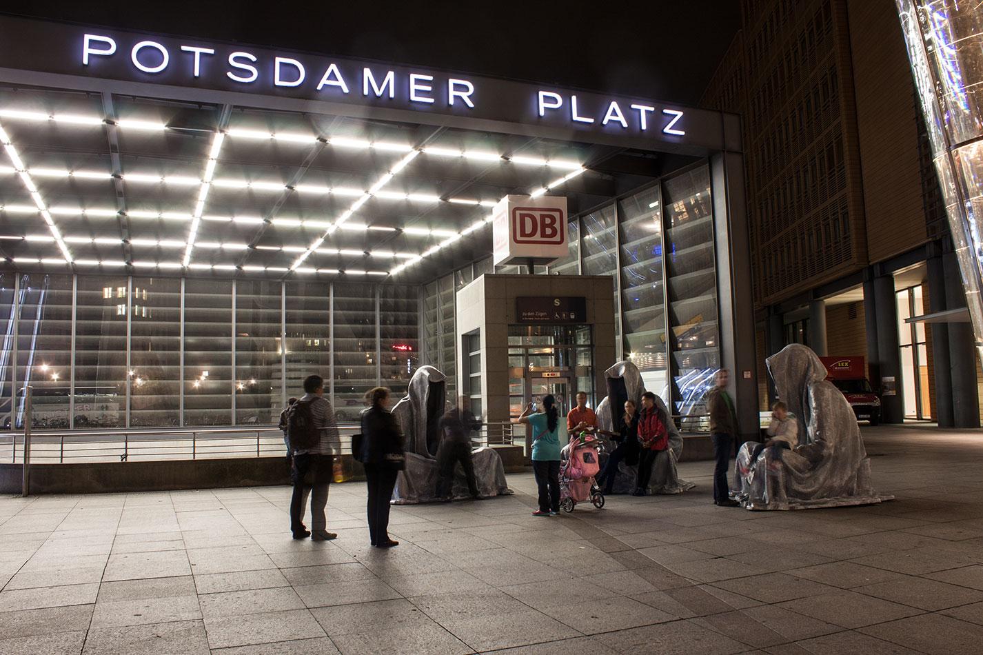 festival-of-lights-berlin-light-art-festival-contemporary-fine-art-design-show-guardiansof-time-manfred-kili-kielnhofer-sculpture-2896