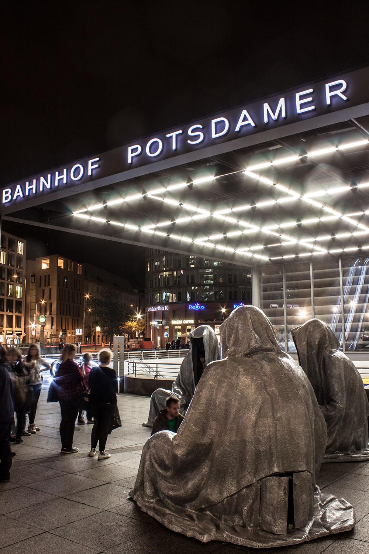festival-of-lights-berlin-light-art-festival-contemporary-fine-art-design-show-guardiansof-time-manfred-kili-kielnhofer-sculpture-2900