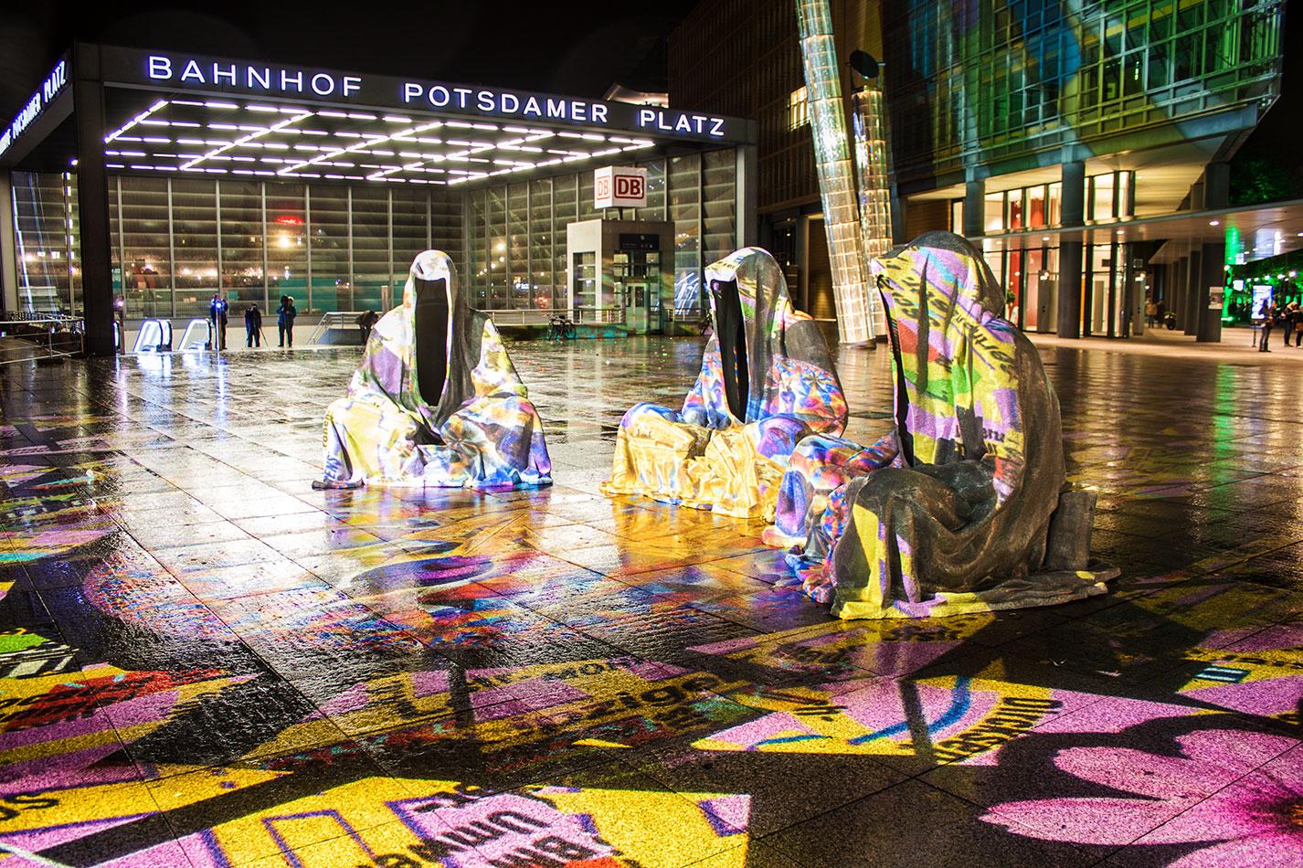 festival-of-lights-berlin-light-art-festival-contemporary-fine-art-design-show-large-scale-sculpture-guardiansof-time-manfred-kili-kielnhofer-large-scale-monumental-sculpture-3856