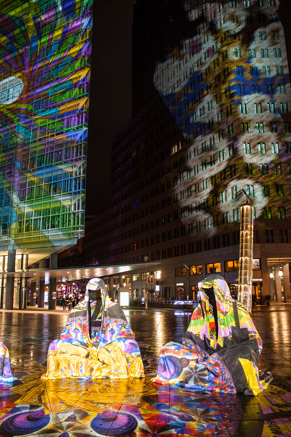 festival-of-lights-berlin-light-art-festival-contemporary-fine-art-design-show-large-scale-sculpture-guardiansof-time-manfred-kili-kielnhofer-sculpture-3860