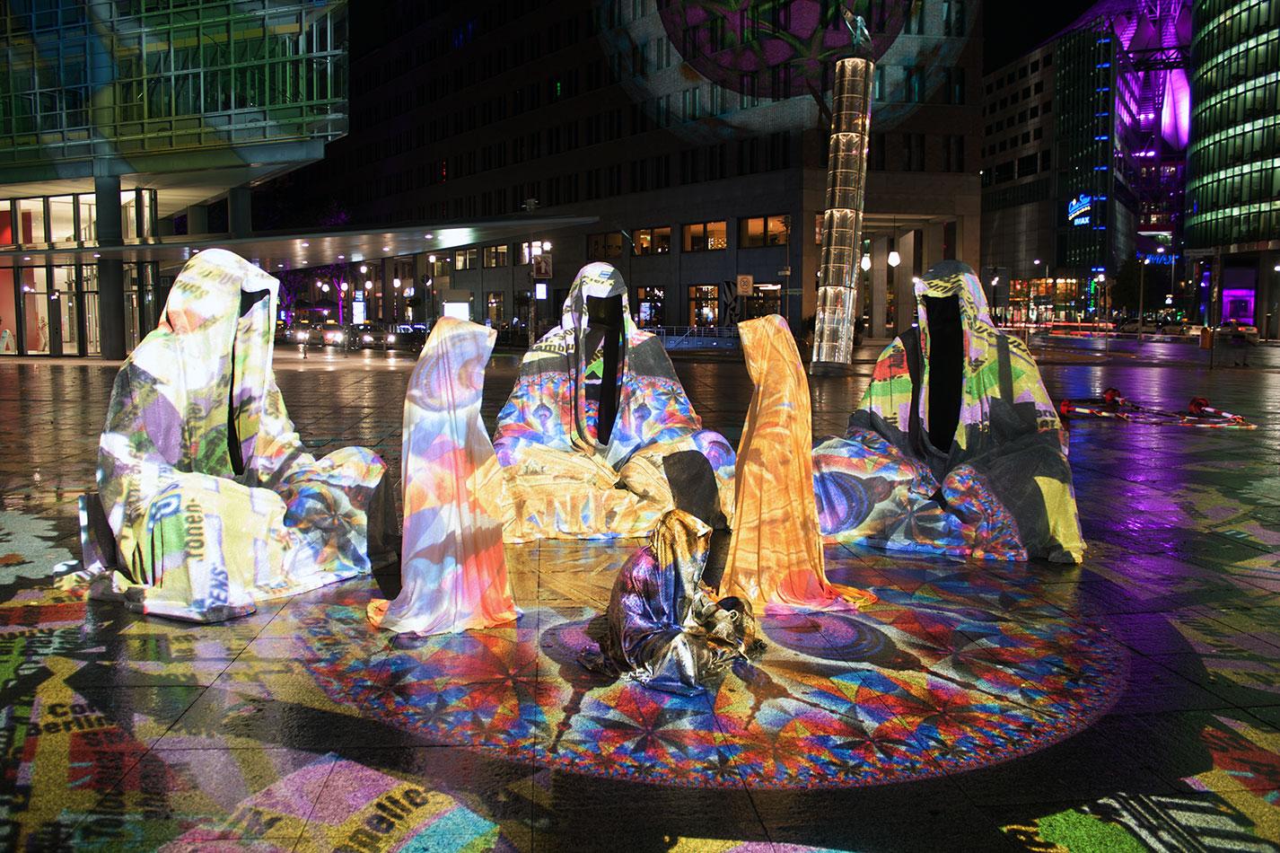 festival-of-lights-berlin-light-art-festival-contemporary-fine-art-design-show-large-scale-sculpture-guardiansof-time-manfred-kili-kielnhofer-sculpture-3875