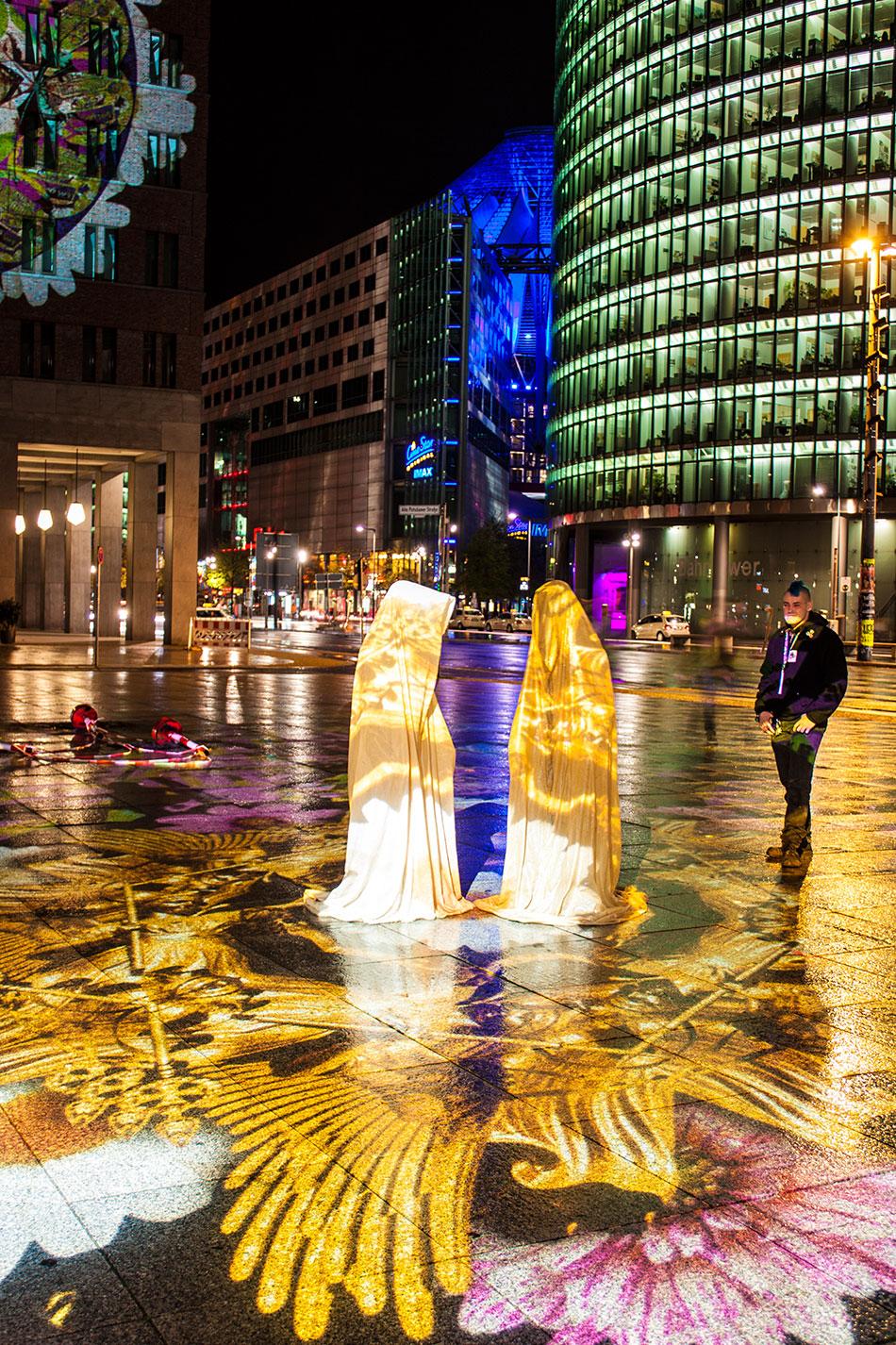 festival-of-lights-berlin-light-art-festival-contemporary-fine-art-design-show-large-scale-sculpture-guardiansof-time-manfred-kili-kielnhofer-sculpture-3877