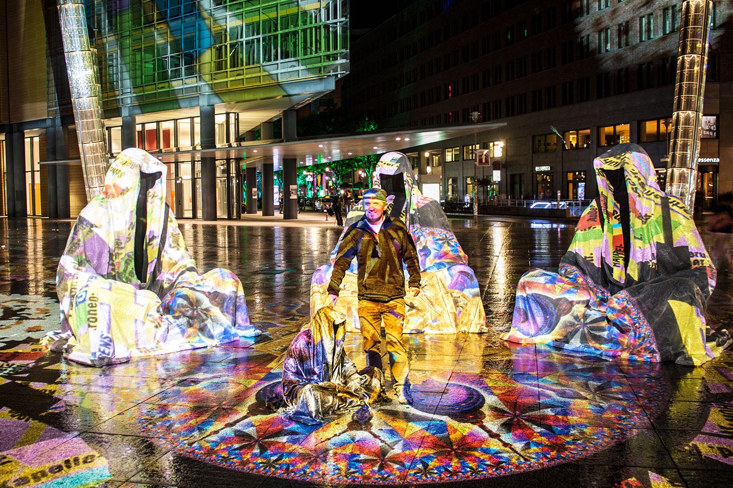 festival-of-lights-berlin-light-art-festival-contemporary-fine-art-design-show-large-scale-sculpture-guardiansof-time-manfred-kili-kielnhofer-sculpture-3892