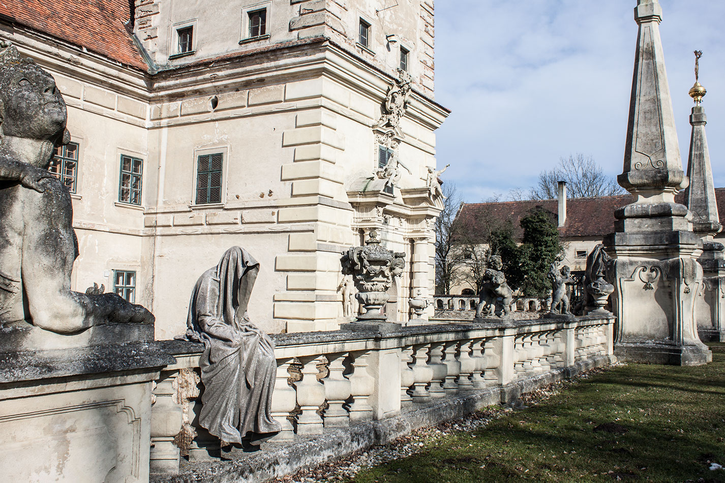 castle-greilenstein-lower-austria-wood-quater-waldviertel-guardians-of-time-contemporary-art-sculpture-design-antique-manfred-kielnhofer-7382