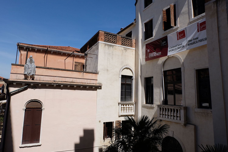 venice-biennale-venezia-biennial-palazzo-mora-european-culture-center-personal-structures-crossing-borders-guardians-of-time-manfred-kili-kielnhofer-contemporary-art-sculpture-arts-arte-design-statue-show-2134