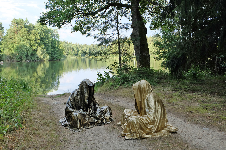 art-lower-austria-lake-contemporary-art-fine-arts-modern-sculpture-urban-statue-faceless-ghost-in-a-coat-guardians-of-time-manfred-kili-kielnhofer-6871