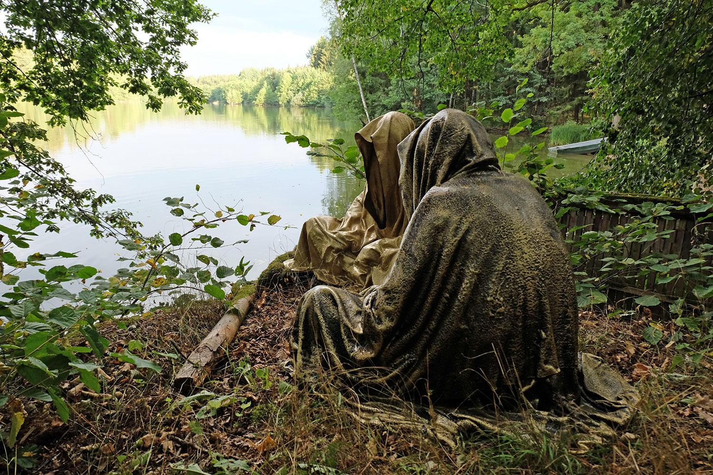 art-lower-austria-lake-contemporary-art-fine-arts-modern-sculpture-urban-statue-faceless-ghost-in-a-coat-guardians-of-time-manfred-kili-kielnhofer-6926y