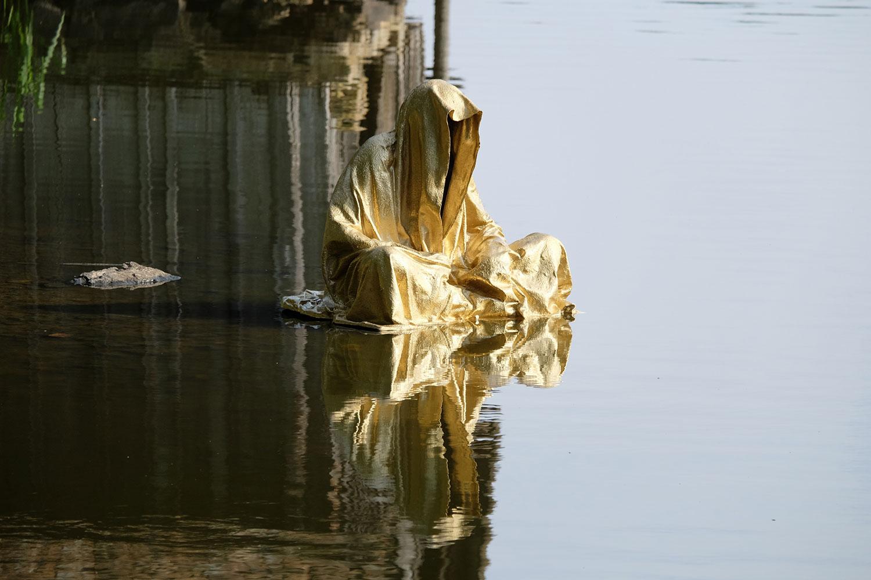 lower-austria-fish-pond-lake-guardians-of-time-by-manfred-kili-kielnhofer-contemporary-art-modern-sculpture-fine-photography-arts-ars-statue-7162